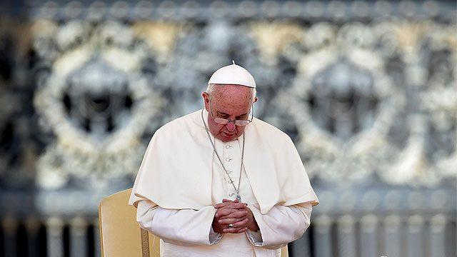 Pope franics praying